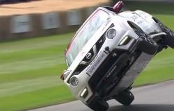 Nowy rekord Guinness w jeździe samochodem na dwóch kołach.