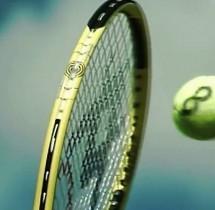 Slow motion – rakieta uderza w piłkę tenisową