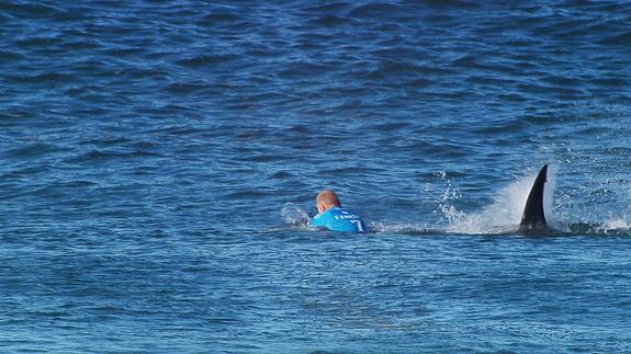 Podczas zawodów J-Bay Open rekin zaatakował serfera na oczach widzów.