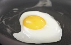 Wiesz jak usmażyć idealnie jajko? Zobacz.