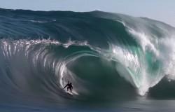 Mega fale Oceanu Indyjskiego i surferzy