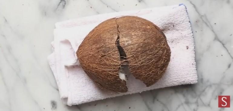 Jak otworzyc orzech kokosowy domowymi narzedziami? Całkiem proste.