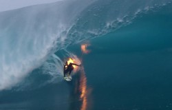 Surfer z płonącym kombinezonie.
