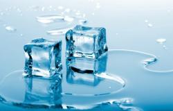 Przeźroczyste kostki lodu.