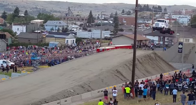 Rekord świata w skoku ciężarówką