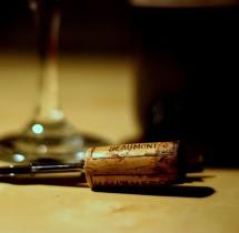 Jak otworzyć butelkę wina bez korkociągu? Porady
