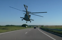 Śmigłowiec Mi-8 niski przelot nad autostradą na Ukrainie