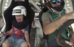 Ojciec z synem na testach driftu autem