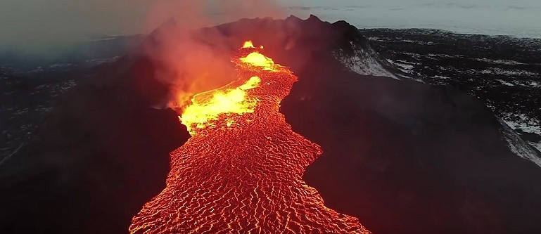 Rzeka lawy wulkanu na Islandii