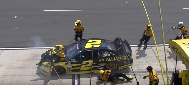 Brad Keselowski przypadkowo potrąca członków załogi podczas Pit Stop