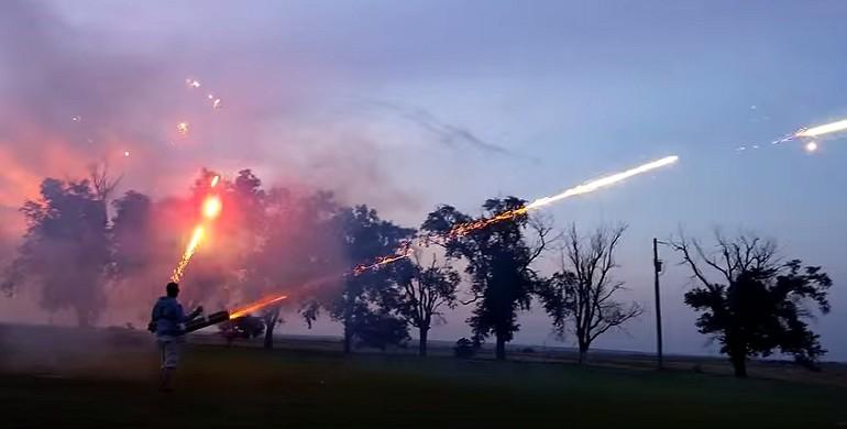 Karabin maszynowy strzelający fajerwerkami. Tak czyste szaleństwo.