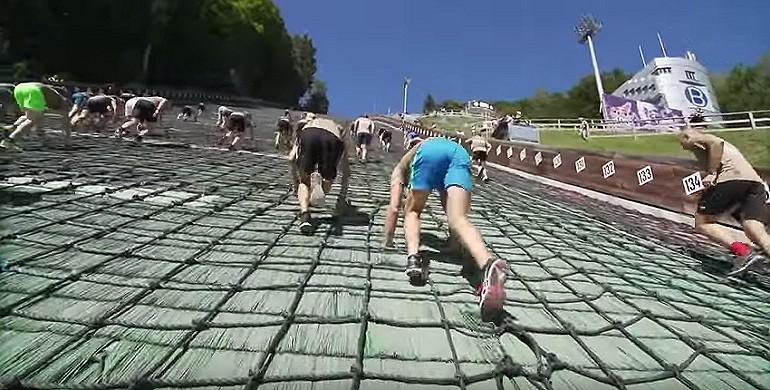 Ekstremalny bieg po skoczni narciarskiej.