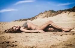 Piasek na mokrym ciele kobiet. Plaże i gorące klimaty.