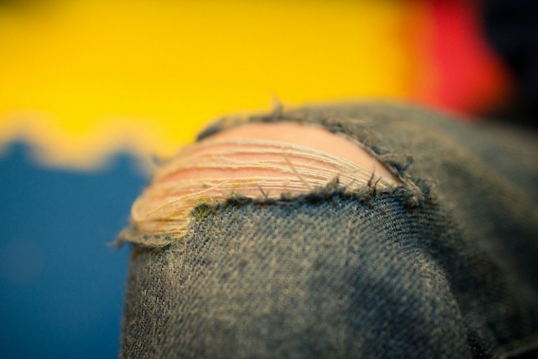 Przetarte, dziurawe jeansy