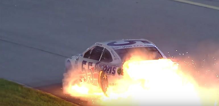 Płonący samochów Davida Ragana w NASCAR Sprint Cup Bojangles Southern 500