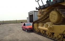Spychacz gąsienicowy Caterpillar D11 kontra Pontiac Firefly