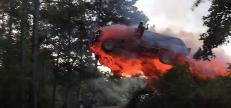 Skok z płonącego samochodu. Tak wygląda to naprawdę.