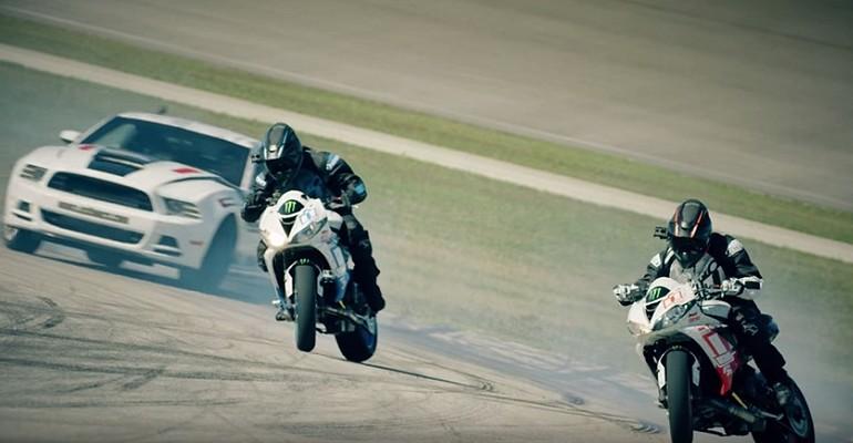 Motocykle i sportowy samochód i walka na torze o najlepszy drift