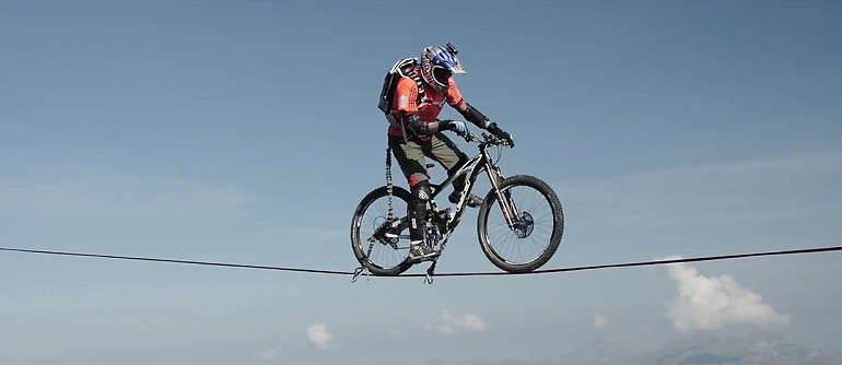 Jazda na rowerze na Slackline w górach. Szaleńczy pomysł.