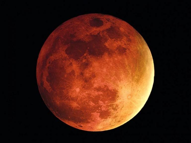 Pełne zaćmienie Księżyca i krwawa barwa podczas pełnego zaćmienia.