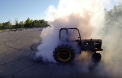 Drift traktorem. Tak ciągnikiem też można.