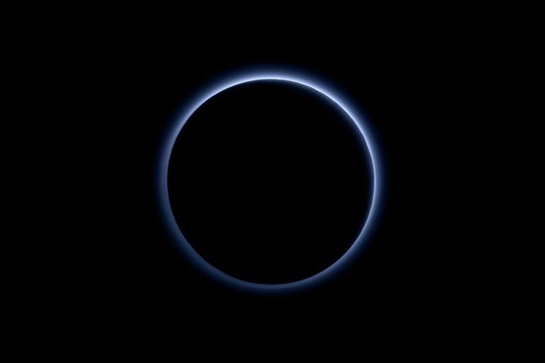 Pluton jest otoczony niebieską mgiełką