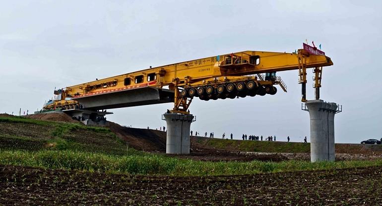 Maszyna o długości 100 metrów buduje most