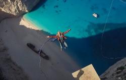 Skok ze skały 600 metrów nad plażą z wrakiem