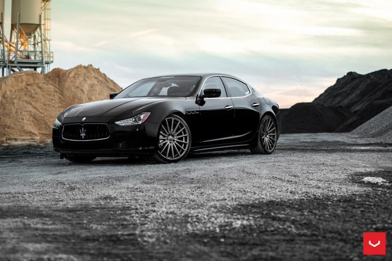 Czarny Maserati Ghibli sportowa limuzyna