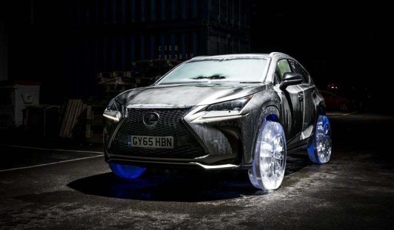 Lexus NX na kołach wykonanych z lodu