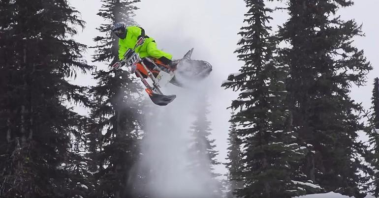 Ekstremalna śnieżna zabawa na śnieżnym motorze