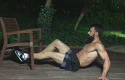 Ćwiczenia brzuszków z krzesłem