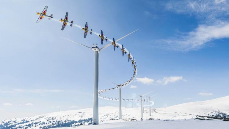 Przelot samolotem przez farmę wiatrową w Alpach