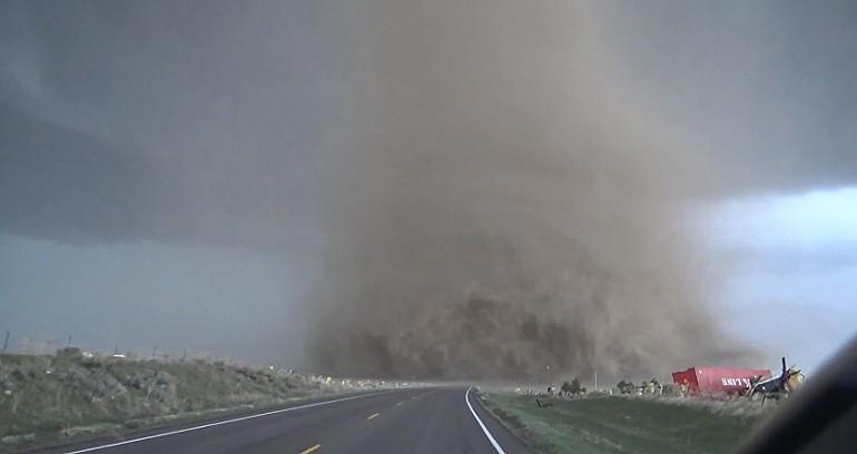 Niebezpiecznie blisko filmowane gigantyczne tornado