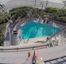 Skok z piątego piętra do basenu