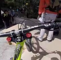 Szaleństwo w czystej postaci. Czy odważyłbyś się tak pojechać rowerem?