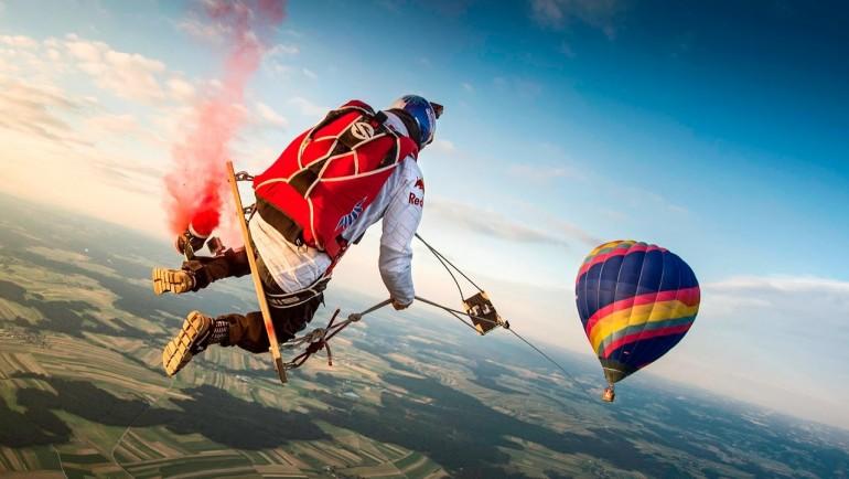 Huśtanie się na huśtawce pomiedzy balonami na wysokości 1800 metrów