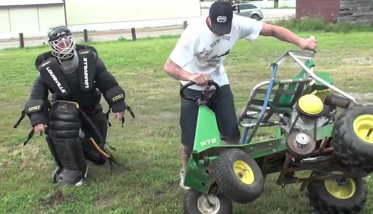 Skok kosiarka do trawy nad samochodem