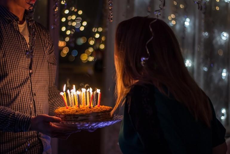 Urodzinowy tort nieodłączny element urodzin.