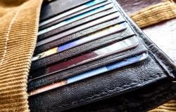 Karty kredytowe, płatnicze, rabatowe, już czasem nie mieszczą się w naszym portfelu.