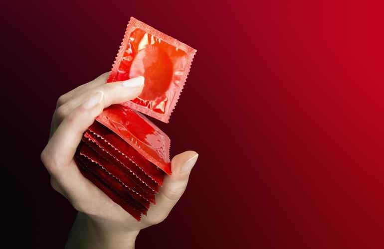 Seks z nieznajomą? Lepiej użyj prezerwatywy niż zarazić się HIV.