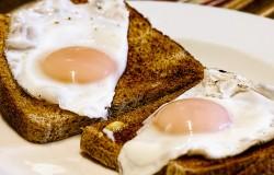 Szybkie śniadanie w 5 minut. Jajko smażone i tost