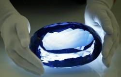 Oto największy niebieski topaz o wadze 9381 karatów